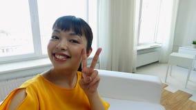 Giovane donna asiatica felice a casa video d archivio