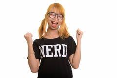Giovane donna asiatica felice del nerd che sorride e che sembra motivata immagini stock