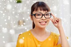 Giovane donna asiatica felice in vetri a casa Fotografie Stock Libere da Diritti