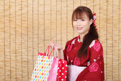 Giovane donna asiatica in kimono Fotografia Stock