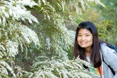 Giovane donna asiatica sudorientale che fa un'escursione in natura fotografie stock libere da diritti