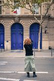Giovane donna asiatica sulla via a Parigi immagini stock