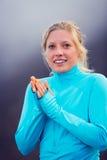 Giovane donna atletica attraente, panni sportivi d'uso sulla traccia Fotografia Stock
