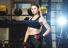 Giovane donna atletica in attrezzatura di sport fotografia stock libera da diritti