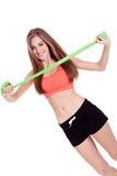 Giovane donna atletica che fa allenamento con fisio nastro adesivo del lattice del nastro Immagini Stock Libere da Diritti