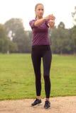Giovane donna atletica che fa allungando gli esercizi Immagini Stock