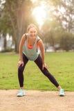 Giovane donna atletica che fa allungando gli esercizi Fotografia Stock Libera da Diritti