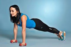 Giovane donna atletica che fa allungando gli esercizi Fotografie Stock Libere da Diritti