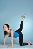 Giovane donna atletica che fa allungando gli esercizi Immagini Stock Libere da Diritti