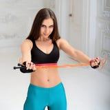 Giovane donna atletica che fa gli esercizi Fotografia Stock