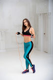 Giovane donna atletica che fa gli esercizi Immagini Stock