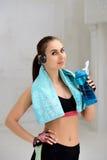 Giovane donna atletica che fa gli esercizi Fotografie Stock
