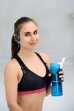 Giovane donna atletica che fa gli esercizi Fotografie Stock Libere da Diritti