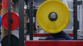 Giovane donna atletica che fa gli esercizi con il bilanciere alla palestra stock footage