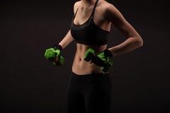 Giovane donna atletica che fa un allenamento di forma fisica con i pesi Ragazza di forma fisica Immagine Stock