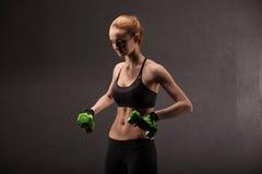 Giovane donna atletica che fa un allenamento di forma fisica con i pesi Ragazza di forma fisica Fotografie Stock Libere da Diritti