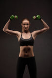 Giovane donna atletica che fa un allenamento di forma fisica con i pesi Ragazza di forma fisica Immagini Stock