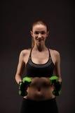 Giovane donna atletica che fa un allenamento di forma fisica con i pesi Ragazza di forma fisica Fotografia Stock Libera da Diritti