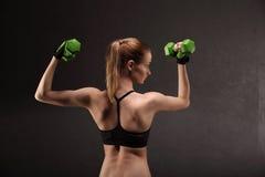 Giovane donna atletica che fa un allenamento di forma fisica con i pesi Ragazza di forma fisica Immagini Stock Libere da Diritti