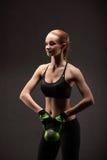 Giovane donna atletica che fa un allenamento di forma fisica con i pesi Ragazza di forma fisica Fotografie Stock