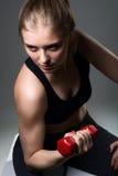 Giovane donna atletica che fa un allenamento di forma fisica con le teste di legno Fotografie Stock Libere da Diritti