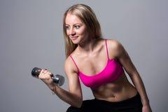 Giovane donna atletica che fa un allenamento di forma fisica con le teste di legno Immagine Stock Libera da Diritti
