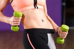 Giovane donna atletica che fa un allenamento di forma fisica in palestra Fotografie Stock Libere da Diritti