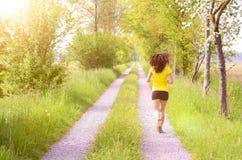 Giovane donna atletica che gode del suo allenamento quotidiano Fotografia Stock