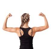 Giovane donna atletica che mostra il bicipite fotografia stock libera da diritti