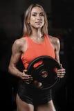 Giovane donna atletica che posa e che esercita allenamento di forma fisica con Immagine Stock Libera da Diritti