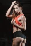 Giovane donna atletica che posa e che esercita allenamento di forma fisica con Immagini Stock