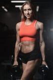 Giovane donna atletica che posa e che esercita allenamento di forma fisica con Fotografie Stock Libere da Diritti