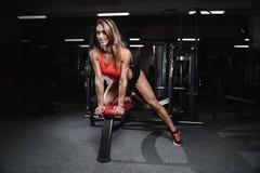Giovane donna atletica che posa e che esercita allenamento di forma fisica con Fotografie Stock