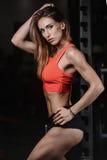 Giovane donna atletica che posa e che esercita allenamento di forma fisica con Immagine Stock