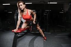 Giovane donna atletica che posa e che esercita allenamento di forma fisica con Immagini Stock Libere da Diritti