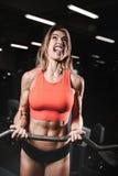 Giovane donna atletica che posa e che esercita allenamento di forma fisica con Fotografia Stock Libera da Diritti
