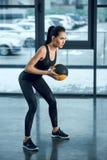 giovane donna atletica che si esercita con la palla fotografia stock libera da diritti