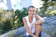 Giovane donna atletica che si rilassa nel parco Immagine Stock Libera da Diritti