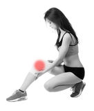 Giovane donna atletica con la fasciatura elastica sulla sua gamba Isolato Fotografia Stock
