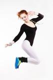Giovane donna atletica dai capelli rossi che salta con una medaglia d'oro Felicità, gioia, divertimento Fotografie Stock Libere da Diritti