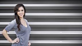 Giovane donna atletica sorridente Fotografia Stock Libera da Diritti