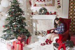 Giovane donna attraente in abbigliamento casuale che si siede sul pavimento N Fotografia Stock Libera da Diritti