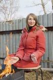 Giovane donna attraente al cortile Fotografia Stock Libera da Diritti