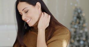 Giovane donna attraente alla moda nel suo salone stock footage