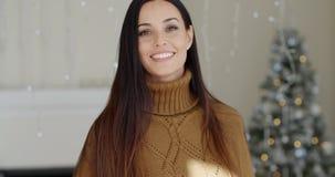 Giovane donna attraente alla moda nel suo salone archivi video