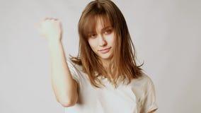 Giovane donna attraente allegra che flirta, giocante con i capelli e sbattente le palpebre alla macchina fotografica archivi video