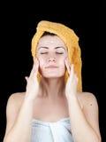 Giovane donna attraente avvolta con gli asciugamani di bagno fotografia stock