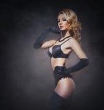 Giovane donna attraente in biancheria sexy sopra fondo d'annata Fotografie Stock