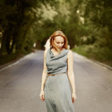 Giovane donna attraente bionda che sta sulla strada Fotografia Stock