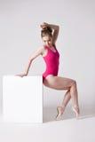 Giovane donna attraente in body rosa su bianco Immagini Stock Libere da Diritti